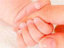 bebé agarra dedo