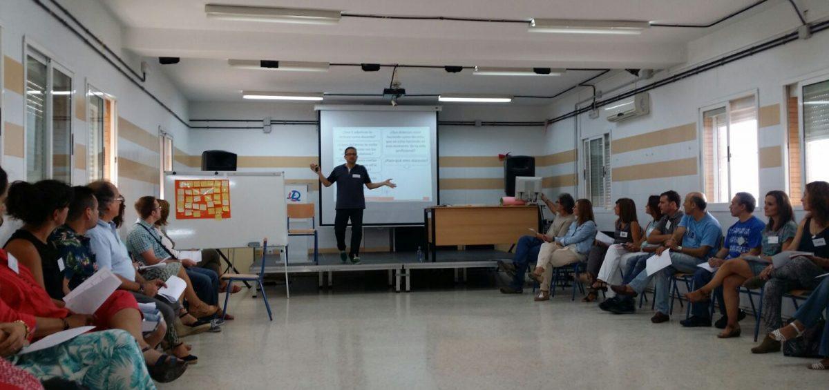 David Barreda dando una sesión de formación a docentes