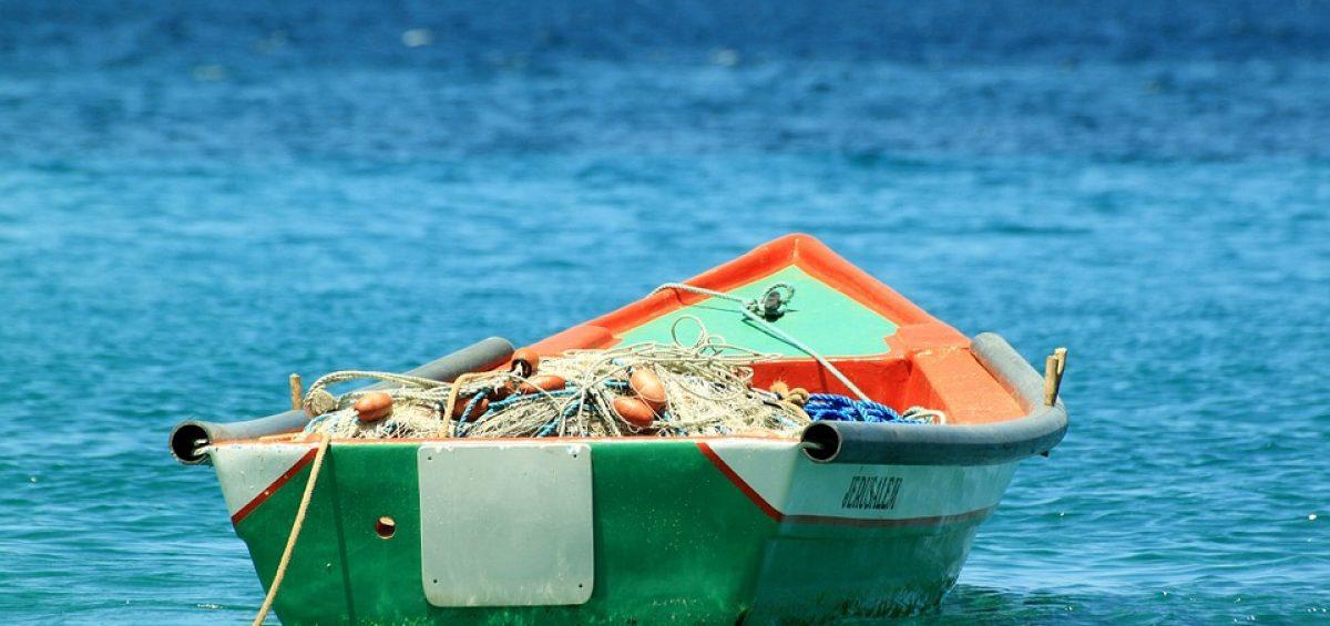una barca en el mar