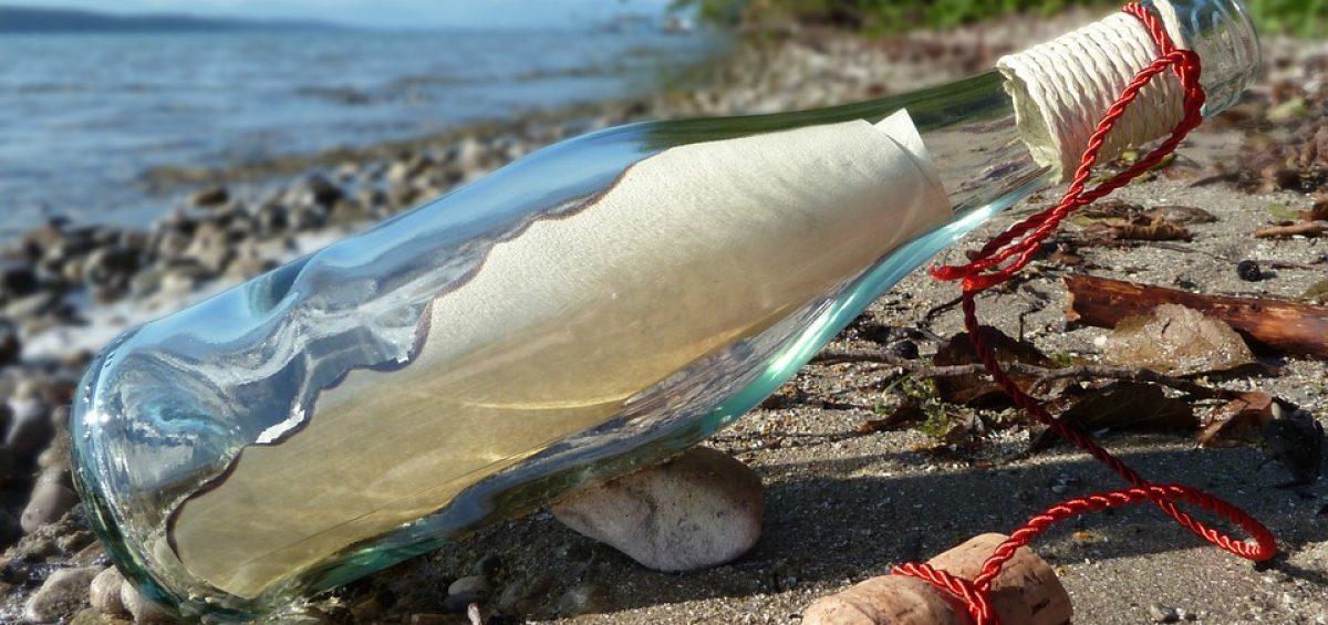 botella en la orilla con mensaje dentro