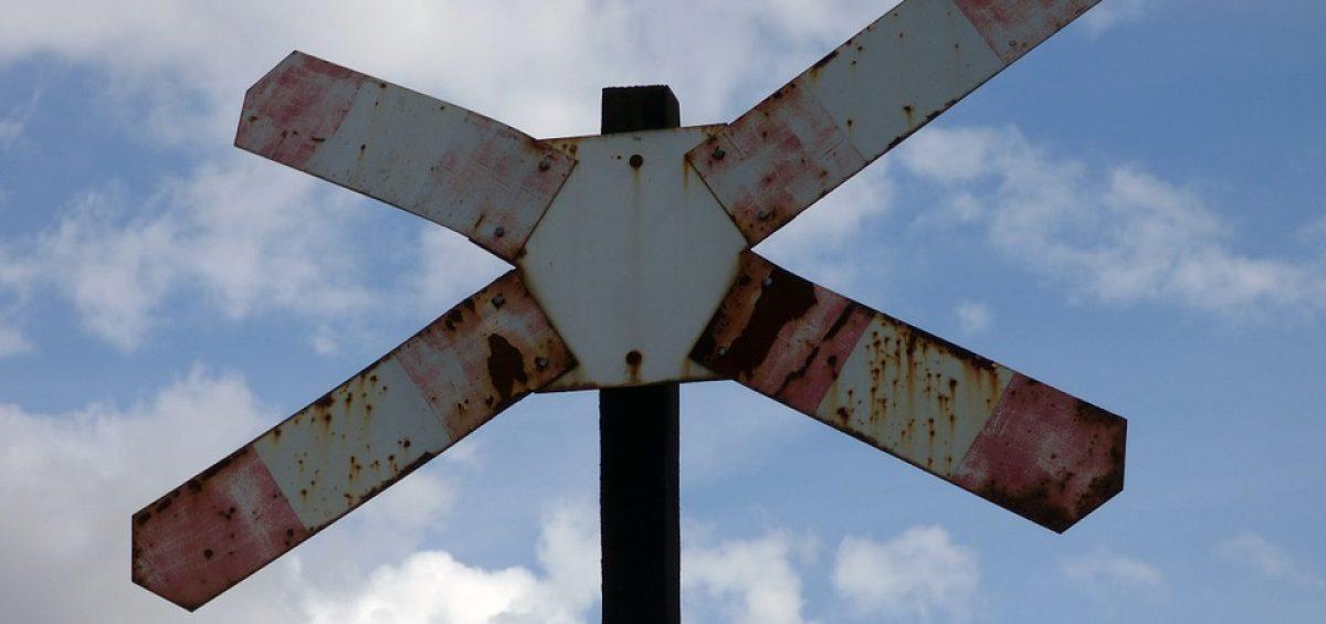 señal de cruce de línea ferroviaria